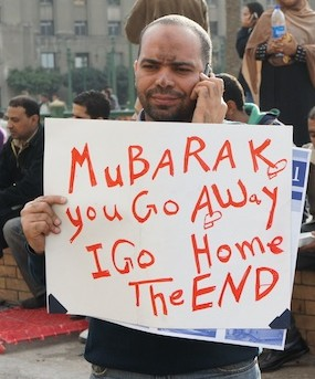 Mann mit Plakat: Mubarak you go away, I go home, the End.