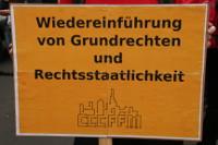 Schild: Wiedereinführung von Grundrechten und Rechtsstaatlichkeit